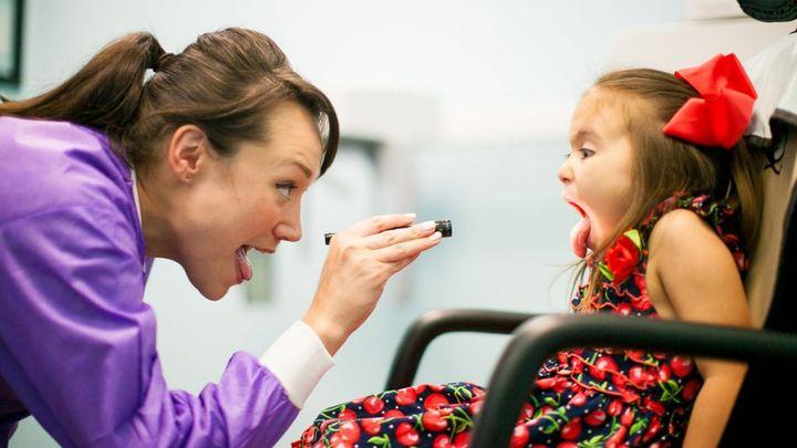 Как врач осматривает ребенка