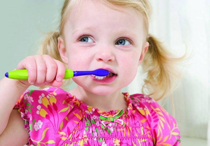 Как чистить молочные зубы