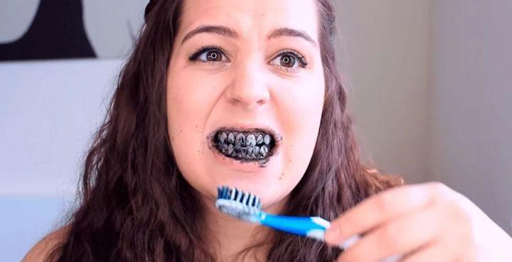 Чистка зубов углем и зубной пастой