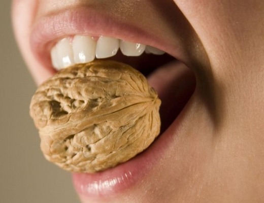 Разгрызание орехов зубами