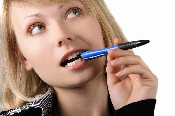 Привычка грызть ручку